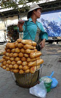 Vendedora de pão no Cambodia.