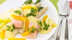 Du bist ein Fan von Lachs? Dann empfehlen wir dir grünen und weißen Spargel mit gedünstetem Lachs, Orangen sowie einer fruchtigen Sauce.