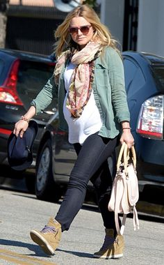 A prego Kristen Bell, in Clubmaster-inspired sunnies with translucent pink detailing, shows off her baby bump while shoppin' around town!