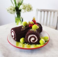 Yule Log Cake with Macarons! Yule Log Cake, Mini Foods, Macarons, Minis, Panna Cotta, Scale, Miniatures, Ethnic Recipes, Weighing Scale