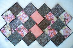 Patchwork Bag of Squares ~ DIY Tutorial Ideas! Quilted Tote Bags, Patchwork Bags, Hobo Bag Patterns, Bargello Quilt Patterns, Bag Pattern Free, Tote Bags Handmade, Diy Purse, Fabric Bags, Sewing Accessories