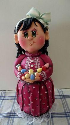 Pote de vidro de 1,3 L, trabalhado em biscuit em forma de menina com balas de goma.  ENCOMENDAS SOMENTE MEDIANTE PAGAMENTO DE 50% DO VALOR TOTAL (ARTIGO + FRETE), PAGO NO ATO DO PEDIDO POR DEPÓSITO EM CONTA.  VER POLÍTICAS DA LOJA.  VAGAS: CONSULTE O MÊS DE ENTREGA, ESTOU AGENDANDO CONFORME POSSIBILIDADE. GRATA.  O prazo de confecção é contado A PARTIR DO MÊS DE AGENDAMENTO DO PEDIDO.
