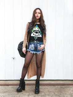 EYE OF THE BEHOLDER | LookMazing graphic t-shirt, destroyed denim short, long cardigan, platform boots, street style