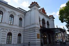 Le Palais Sutu est un magnifique petit musée se trouvant Piata Universitate,à Bucarest. Venez le découvrir, c'est un véritable trésor caché ! Le Palais, San Francisco Ferry, Mansions, House Styles, Building, Travel, Bucharest, Travel Agency, Universe
