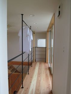 吹き抜けに面した、屋内ベランダのようなブリッジのような物干しスペース オープンハウス – HOMME HOUSE – - 名古屋市の住宅設計事務所 フィールド平野一級建築士事務所