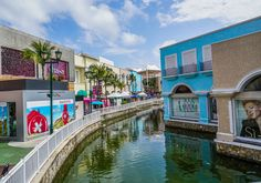 Shopping is only just a part of the experience at La Isla Shopping Village in Cancun. This beautiful spot is home to an interactive aquarium 🐠, movie theater 📽, restaurants 🌮, coffee shops ☕️, upscale boutiques 💳 and souvenir shops 🛍! There's a little something for everyone.