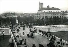 L'animation habituelle sur le pont en direction de la place du Châtelet, vers 1895. On voit le Théâtre des Nations (aujourd'hui Théâtre de la Ville) et, derrière, la tour Saint-Jacques (Paris 1er)