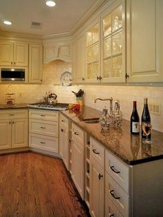 Light cabinets/dark counters