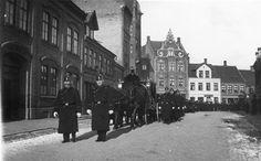 Ligtog i Søndergade. Politibetjente foran og ved siden af den hestetrukne ligvogn. Til venstre Giersings Realskole.