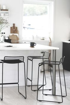 Classy Kitchen Bar Stools Addition to Your Kitchen - Home to Z Home Decor Kitchen, Kitchen Interior, New Kitchen, Wire Bar Stools, Kitchen Stools, Counter Stools, Black Bar Stools, Black Kitchens, Cool Kitchens