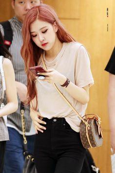 mba rose( ˘ ³˘)❤ Kim Jennie, Blackpink Fashion, Korean Fashion, Foto Rose, 1 Rose, Kim Jisoo, Rose Park, South Korean Girls, Kpop Girls
