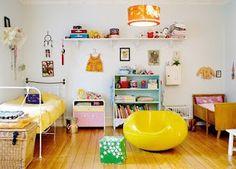 Bu odayi cok sevdim, mobilyalarin uyumsuzlugu farkliligi oldukca guzel, renkler raflar tam benlik!