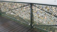 Carlos Alberto Diniz enviou foto da cerca de arame que ladeia a Pont Des Arts, sobre o rio Sena, em Paris, França, na qual namorados prendem cadeados e jogam a chave no rio para simbolizar a força do laço amoroso que os une.