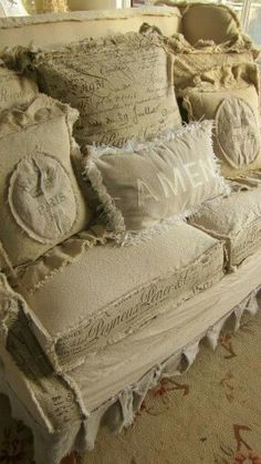 Ideas For Shabby Chic Sofa Covers Comfy Couches chic furniture ideas chic furniture living room chic furniture diy chic furniture for sale Shabby Vintage, Canapé Shabby Chic, Shabby Chic Homes, Shabby Chic Furniture, Vintage Velvet, Vintage Shelf, Vintage Furniture, Shabby Chic Couch, Shabby Chic Slipcovers