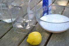 Si hemos utilizado algún ingrediente que ha dejado un olor fuerte a la batidora podemos añadir el zumo de 1/2 limón con el agua.