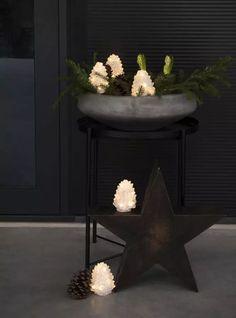LED figur i akryl med 40 varmhvite LED fra Konstsmide. Figuren forestiller fem små grankongler som du kan sette i en liten klynge ute. Kjøp inn eller lag en dekorasjon med grankvister i tillegg så har du satt stemningen for vinteren! Gir en skikkelig koselig effekt på utebelysningen om vinteren.