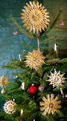 """""""Strohsterne wie Schneekristalle"""" am Weihnachtsbaum (12er und 24er Sterne) Christmas Tree Ornaments, Christmas Crafts, Christmas Decorations, Straw Decorations, Table Decorations, Advent, Anul Nou, Straw Art, Straw Crafts"""