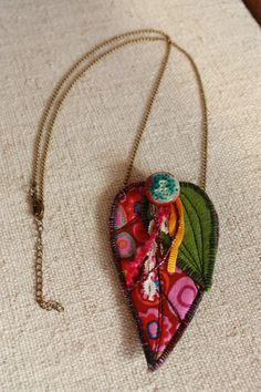 Collier textile feuille sur chaine en tissu magenta à pois multicolor