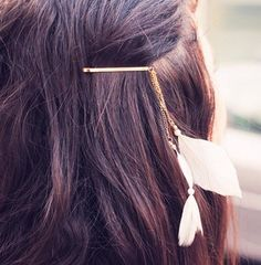 Feather hair clip – I could totally make this with my old broken feather earings… Feather Hair Clips, Feather Jewelry, Hair Jewelry, Jewellery, Feathered Hairstyles, Diy Hairstyles, Pretty Hairstyles, Colar Boho, Diy Beauté