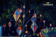 Lindos balões na decoração da festa junina em Caruaru, estado de Pernambuco, Brasil. Atrações tradicionais desta festa incluem a fogueira e a quadrilha, barracas de canjica, cocadas, tapiocas e outras comidas típicas saborosas que fazem a gula ganhar espaço.  Fotografia: Ricardo Junior / www.ricardojuniorfotografias.com.br