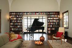 Você tem um piano e está com dificuldades de como encaixá-lo com harmonia em sua casa? A sala de estar costuma ser um ótimo lugar para o seu instrumento, q