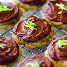 Zucchini Cookies with Chocolate Cream Cheese Frosting - These sound absolutely amazing. Soft cookies with chocolate frosting can't be beat! Zucchini Bars, Zucchini Cookies, Frosting Recipes, Cookie Recipes, Dessert Recipes, Healthy Pastry Recipe, Chocolate Cream Cheese Frosting, Cookie Bars, Cookies