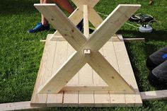 STILkvisten: Bygga trädgårdsbord Diy Garden Table, Diy Garden Furniture, Building Furniture, Diy Furniture Projects, Woodworking Projects Diy, Picnic Table Bench, Diy Dining Table, Patio Table, Garden Tool Storage