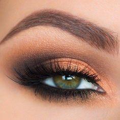 Propuesta de maquillaje de ojo en tonos marrones y naranja, ideal para ojos verdes!