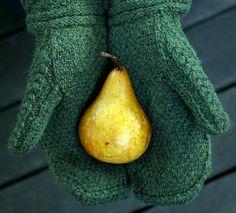 Green Autumn (Druid Mittens) pattern by Jared Flood Mittens Pattern, Knit Mittens, Knitted Gloves, Fingerless Gloves, Vogue Knitting, Knitting Yarn, Knitting Patterns, Knitting Ideas, Wrist Warmers