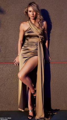 Maria Sharapova looking incredibly hot in a modelling shoot Maria Sharapova Hot, Sharapova Tennis, Maria Sarapova, Beautiful Athletes, Sporting, Slit Dress, Sensual, Sexy Legs, Sexy Outfits
