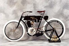 La Silent Grey Fellow fut la première Harley produite en 1903 dans leur atelier par William Harley et Arthur Davidson assistés d'Ole Evinrude et William Davidson.