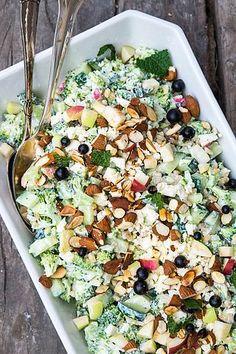 A green, filling and vegetarian broccoli salad. Waldorf Salat, Cottage Cheese Salad, Vegetarian Recipes, Healthy Recipes, Recipes From Heaven, Easy Salads, I Love Food, Food Inspiration, Feta