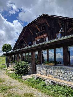 Randonnée dans les Alpes : 3 jours en montagne pour se dépasser Cabin, House Styles, Home Decor, Alps, Mountain, Decoration Home, Room Decor, Cabins, Cottage