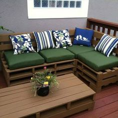 Numerous DIY pallet furniture projects are now waiting for you in which simple and excellent DIY pallet outdoor sofa is perfect for chaise-lounge. Painted Garden Furniture, Wooden Pallet Furniture, Wood Sofa, Wooden Pallets, Furniture Projects, Home Projects, Diy Furniture, Outdoor Furniture, Sofa Bench