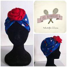 turbante de tela vintage con motivos geometricos, elastico y flor frotal roja. Diva, Projects, Santa, Carnival, Fabric Flowers, Turbans, Fascinators, Patterns, Beanies