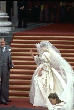 Princess Diana - Lady Diana Spencer and Prince Charles wedding - 29 July 1981 Diana Wedding Dress, Princess Diana Wedding, Prince And Princess, Princess Of Wales, Princesa Diana, Princesa Real, Royal Wedding 1981, Royal Weddings, Royal Brides