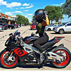 Autos y motos - - Auto und Mädchen - Ferrari Laferrari, Motorbike Girl, Cafe Racer Build, Cycle Chic, Kim Taehyung, Hot Bikes, Biker Girl, Biker Chick, Bike Life