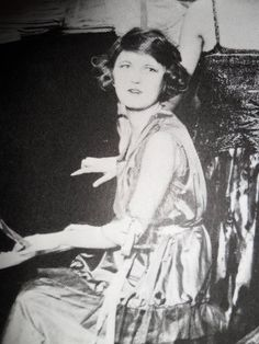 miss-flapper: Zelda Fitzgerald, circa She was a rebel of her time. Zelda is such a chameleon on her photos…I'd recognise her from this one, but her appearance differs so markedly! Scott And Zelda Fitzgerald, Fitzgerald Quotes, Vintage Photographs, Vintage Photos, Paris 1920s, This Side Of Paradise, People Of Interest, Jazz Age, Roaring 20s