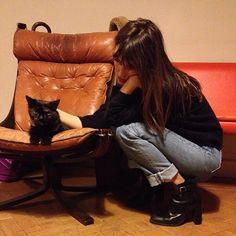 light wash cuffed jeans. black ankle boots. black sweater. jane birkin. ultimate babe.