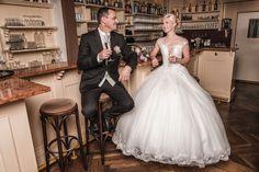 Dieses wunderschöne Hochzeitsfoto entstand in der #spitzvilla am #traunsee Mermaid Wedding, Wedding Dresses, Fashion, Wedding Photography, Nice Asses, Bride Dresses, Moda, Bridal Gowns, Fashion Styles