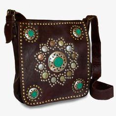 Decorado con monedas antiguas, remaches y piedras en color esmeralda, este bolso es una delicia para las más hippie chic. El cuero es de calidad superior y el diseño espectacular.