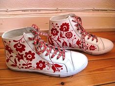 Converse with Delsbo-söm by swedish embroiderer Karin Holmberg Scandinavian Embroidery, Swedish Embroidery, Hardanger Embroidery, Sock Shoes, Shoe Boots, White Sneakers, High Top Sneakers, Swedish Fashion, Embellished Shoes