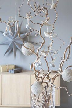 Trollhassel pyntet med fin julepynt. Sett gjerne mange greiner sammen.