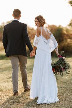 Flowy boho cold shoulder wedding dress | Image by Raeleigh Photography