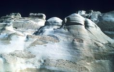 Κάποτε, πριν εκατομμύρια χρόνια, η Μήλος ήταν ένα νησί - ηφαίστειο. Αυτή η δραστηριότητα σταμάτησε σύμφωνα με τους γεωλόγους το 90.000 π.Χ. Εκείνο που έμεινε για να θυμίζει ότι παλιά εδώ η Γη έβραζε είναι τα εξωπραγματικά τοπία. Τοπία που θα μπορούσαν να ανήκουν σε κάποιον άλλο πλανήτη.