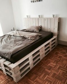 10 Awesome Crate Style Bedroom Furnishing Plans You Can Do To Update Your Bedroom Pallet Bedroom Furniture Design No. 8777 10 Awesome Crate Style Bedroom Furnishing Plans You Can Do To Update Your Bedroom Pallet Bedroom Furniture Design No. Diy Pallet Bed, Wooden Pallet Furniture, Wooden Beds, Pallet Ideas, Pallet Wood, Pallet Projects, Diy Projects, Wood Pallets, Pallett Bed