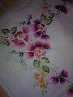 Bordado Jacobean, Jacobean Embroidery, Pillow Embroidery, Hand Embroidery Projects, Embroidery Neck Designs, Floral Embroidery Patterns, Hand Embroidery Flowers, Embroidery Works, Creative Embroidery