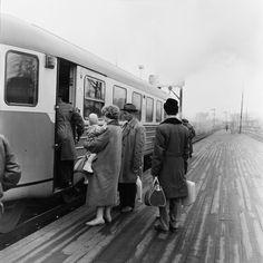 Matkustajia nousemassa kiskobussiin eli lättähattuun... History Of Finland, Helsinki, Historian, Nostalgia, Raincoat, Memories, Retro, Times, Vintage