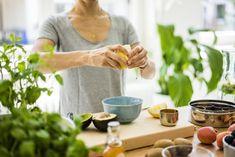 Este suco verde pode ajuda-lo a perder peso, pois tem todos os nutrientes para queimar gordura.Suco de cenoura crucíferoOs vegetais crucíferos (brócolis, couve, couve-flor, couve de Bruxelas) são bem conhecidos por serem superpopulados em nutrientes, fibras e antioxidantes. Eles contêm um composto chamado isotiocianato, que demonstrou possuir propriedades protetoras do câncer e pode ajudar a aumentar as enzimas desintoxicantes no fígado.Este suco verde para perder peso também é uma fonte de quer Vegan Iron Sources, Low Vitamin B12, Best Fish Oil, Rich Source Of Calcium, Vegan Slow Cooker, Smoothie Makers, Vegan Society, Cure, Vitamins For Women