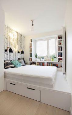 Soluția atipică aplicată în dormitor a fost prin configurarea unui mobilier cu rol de depozitare și sub salteaua patului. Practic salteaua este așezată pe un podium, urcat până sub fereastră, dedesubt fiind organizate spații generoase de depozitare. Pentru această soluție locul caloriferului a trebuit mutat în fața patului.